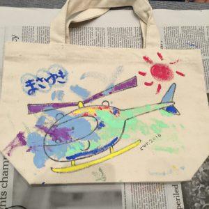 今回最年少、2歳くんも、お兄ちゃんと一緒に絵の具をペタペタ。