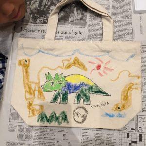 姉弟参加。恐竜好きの年中くん。描く手が止まらない!